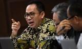 Terdakwa kasus tindak pidana pencucian uang dan korupsi Tubagus Chaeri Wardana alias Wawan (kiri)