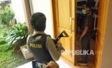 [Ilustrasi] Penyidik KPK melakukan penggeledahan di Kantor DPRD Tulungagung, Tulungagung, Jawa Timur.
