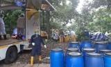 Petugas teknis dari Badan Teknologi Nuklir Nasional (Batan) sedang melakukan pembersihan tanah yang terkontaminasi radioaktif di Perumahan Batan Indah, Serponh, Tangerang Selatan, Selasa (18/2).