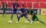 Pemain Arema FC Oh In Kyun (tengah) berebut bola dengan pemain Persebaya Oktavianus Vernando pada laga semi final Piala Gubernur Jawa Timur yang digelar tanpa penonton di Stadion Gelora Soeprijadi, Blitar, Jawa Timur, Selasa (18/2/2020).