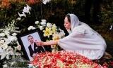 Istri almarhum Ashraf Daniel Mohammed Sinclair, Bunga Citra Lestari memberikan penghormatan terakhir kepada suaminya saat pemakaman, di San Diego Hills Memorial Park, Karawang, Jawa Barat, Selasa (18/2/2020)