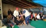 Bupati Garut Rudy Gunawan mengunjungi pengungsi di Desa Sukamaju, Kecamatan Talegong, Kabupaten Garut, Kamis (20/2). Rudy juga meninjau lokasi yang akan digunakan untuk tempat relokasi.