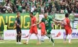 Pesepakbola Persebaya Oktavianus Vernando (kedua kanan) melakukan selebrasi seusai mencetak gol ke gawang Persija dalam final Piala Gubernur Jawa Timur di Gelora Delta, Sidoarjo, Jawa Timur, Kamis (20/2/2020).