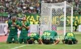 Pesepakbola Persebaya Oktavianus Vernando (kedua kirii) melakukan selebrasi bersama rekannya seusai mencetak gol ke gawang Persija dalam final Piala Gubernur Jawa Timur di Gelora Delta, Sidoarjo, Jawa Timur, Kamis (20/2/2020).