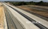 Pekerja menyelesaikan pembangunan jalan tol ruas Banda Aceh- Sigli seksi 4 Indrapuri - Blang Bintang di Aceh, Besar, Aceh, Jumat (21/2/2020).