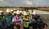 Presiden Joko Widodo bersama jajarannya meninjau proyek Seksi IV Jalan Tol Aceh - Sigli di Kota Banda Aceh, Provinsi Aceh, Jumat (21/2) sore. Total panjang proyek Jalan Tol Aceh - Sigli mencapai 74,2 kilometer dengan nilai investasi Rp 12,3 triliun.