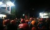 Suasana koordinasi pencarian korban hanyut di Sungai Sempor,  Kecamatan Turi, Kabupaten Sleman, Jumat (21/2).