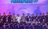 Kapolri Jenderal Pol Idham Azis (tengah) bersama Menpora Zainuddin Amali (kiri tengah), Kakorlantas Polri yang juga CEO Bhayangkara FC, Pembina Povsivo Polwan dan Pembina Bhayangkara Samator Irjen Pol Istiono (kedua kiri kiri) dan Ketua Umum PSSI Mochammad Iriawan (kanan tengah) berfoto bersama tim Bhayangkara FC saat peluncuran tim dan kostum Bhayangkara di Auditorium Perguruan Tinggi Ilmu Kepolisian (PTIK), Jakarta, Senin (24/2/2020).