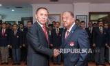 Ketua Umum KONI Pusat, Letjen TNI (Purn) Marciano Norman (kanan) berjabat tangan dengan Ketua Umum PSSI Mochamad Iriawan (kiri) usai pelantikan pengurus PSSI di Gedung KONI, Jakarta, Senin (24/2/2020).