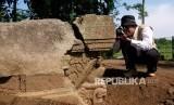 Petugas BKB (Balai Konservasi Borobudur) mengidentifikasi batu Yoni di situs Plandi, Pasuruhan, Mertoyudan, Magelang, Jateng, Senin (24/2/2020).