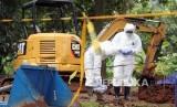 Petugas Badan Tenaga Nuklir Nasional (BATAN) melakukan pemetaan area terpapar zat radioaktif di Perumahan Batan Indah, Serpong, Tangerang Selatan, Banten, Senin (24/2/2020)