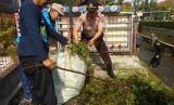 Warga dibantu sejumlah aparat membersihkan anak Sungai Cikunten di Kecamatan Mangkubumi, Kota Tasikmalaya, Selasa (25/2).