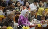 Direktur Utama PT Pertamina (Persero) Nicke Widyawati (tengah) didampingi Direktur Hulu Dharmawan Samsu (kiri) dan Direktur Perencanaan Investasi dan Manajemen Resiko (PIMR) Heru Setiawan (kedua kanan) mengikuti Rapat Dengar Pendapat (RDP) bersama Komisi VI DPR di Kompleks Parlemen, Senayan, Jakarta, Selasa (25/2/2020).