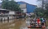 Sejumlah warga kampung Petukangan Rawa Teratai menaiki perahu darurat untuk menuju rumahnya saat banjir di Jakarta Timur, Selasa (25/2/2020).