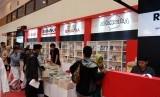 Suasana di hari pertama Islamic Book Fair (IBF) ke-19, di Jakarta Convention Center (JCC), Senayan, Jakarta, Rabu (26/2). Nampak antusiasme pengunjung jika dilihat dari kepadatan yang ada di setiap stand penerbit buku.