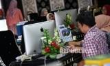 Calon jamaah umrah mencari informasi ibadah umrah di kantor pusat Maktour Travel Umrah dan Haji, Jakarta Timur, Kamis (27/2/2020).
