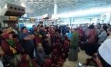 Ribuan jemaah calon umrah terlantar di Terminal 3 Bandara Internasional Soekarno-Hatta, Tangerang, Kamis (27/2)