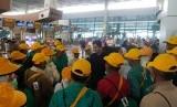 Ribuan jemaah calon umrah terlantar di Terminal 3 Bandara Internasional Soekarno-Hatta, Tangerang, Kamis (27/2).