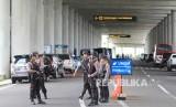 Personel Polri melakukan pengamanan di Bandara Internasional Kertajati, Majalengka, Jawa Barat, Ahad (1/3/2020).