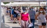 Warga mengantre untuk mengikuti tes Covid-19 yang disiapkan pemerintah di Torrejon de Ardoz, Spanyol, Jumat (29/5). Spanyol mengizinkan empat pulau membuka ruang publiknya mulai Senin.