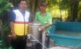 Abdul Manan penerima bantuan alat spinner dari ZIS Indosat bekerja sama dengan Rumah Zakat.