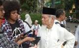 Abdullah Hehamahua saat di kerubung wartawan ketika berunjuk rasa di Gedung MK (14/6).