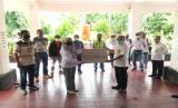 Adaro Indonesia bekerja sama dengan Rumah Zakat mendistribusikan 130 Paket APD lengkap.