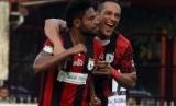 Addison Alves (kedua kanan) mencetak hattrick pada laga Liga 1 antara Persipura Jayapura lawan Bali United di Stadion Mandala, Jayapura, Rabu (9/8).