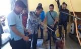 Ahmad Sudarna (kaos biru muda) bersama Kadisdik Purwakarta, Purwanto, saat mempraktikan penyulingan sampah plastik menjadi BBM, Kamis (18/7).