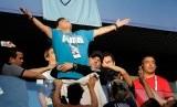 Aksi Maradona saat menonton pertandingan Argentina melawan Nigeria, di Stadion St Petersburg, Rabu (27/6) dini hari WIB.