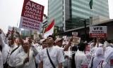 Aksi massa menolak penerapan visa biometrik melalui VHS Tasheel di Kedutaan Arab Saudim Jakarta.