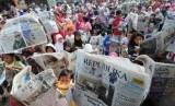 Aksi membaca koran massal