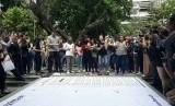 Aksi solidaritas mahasiswa-mahasiswa Universitas Gadjah Mada (UGM) di Taman Sansiro Fisipol UGM, Kamis (8/11). Mengusung tagar Kita Agni, mereka menuntut Kampus UGM mengusut tuntas kasus perkosaan yang diduga terjadi dalam kegiatan KKN di Maluku tahun lalu.