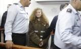 Aktivis remaja Palestina Ahed Tamimi di dalam ruang persidangan di penjara militer Ofer dekat Yerusalem, Senin (15/1).