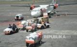 Aktivitas bongkar muat bagasi pesawat di Bandar Udara Ngurah Rai, Bali, Rabu (18/5).(Republika /  Yasin Habibi)