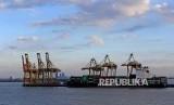 Aktivitas bongkar muat peti kemas di Pelabuhan Tanjung Perak, Surabaya, Jawa Timur, Kamis (11/7).