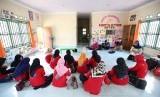 Aktivitas di Akademia Paradigta, Dusun Kampung Baru, Desa Sungai Ambangah, Sungai Raya, Kubu Raya, Kalimantan Barat, Kamis (25/4).