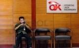 Aktivitas di kantor Otoritas Jasa Keuangan (OJK), Jakarta, Senin (22/9). (Republika/Yasin Habibi)