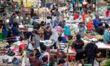 Aktivitas jual beli di pasar.
