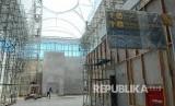 Aktivitas pekerja menyelesaikan berbagai fasilitas di proyek Bandara Internasional Jawa Barat (BIJB), di Kertajati, Kabupaten Majalengka, Rabu (28/3).