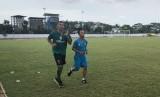 Alberto 'Beto' Goncalves (kiri) berlatih perdana di Sriwijaya FC, Kamis (4/1).