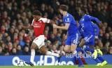 Alex Iwobi (kiri) menggiring bola pada laga Liga Inggris  antara Arsenal dan Leicester City di  Emirates stadium, London, Selasa (23/10) dini hari.