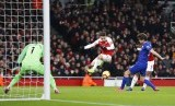 Alexandre Lacazette (kanan terhalang Marcos Alonso) melepas tendangan yang menghasilkan gol pembuka Arsenal ke gawang Chelsea.
