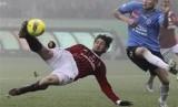 Alexandre Pato (kiri) melepaskan tembakan salto saat masih memperkuat Milan.