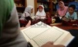 Suami mempunyai kewajiban utama untuk mengayomi keluarganya. Anak-anak belajar mengaji Alquran.  (ilustrasi)