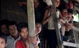 Anak-anak dari etnis Muslim Rohingya berdiri di Desa U Shey Kya di luar kawasan Maundaw di Rakhine, Myanmar. Foto diambil akhir Oktober 2016.