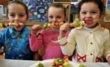 Anak-anak dengan makanan sehat (Ilustrasi)