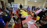 Anak-anak menikmati sajian dari dapur umum ACT.