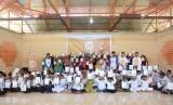 Anak-anak Panti Asuhan Hidayatullah Liang Dusun Tanah Merah, Ambon, menerima paket gizi yang diberikan oleh Laznas BMH Cabang Ambon.