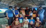 Anak-anak pengungsi korban banjir Masamba, Kabupaten Luwu Utara, Sulsel, belajar membaca dan menghafal Alquran bersama BMH, Dai Tangguh dan SAR Hidayatullah.